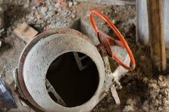 Der neue orange Betonmischer an einer Baustelle Stockbild