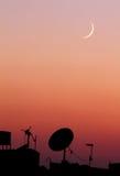 Der Neumond während des Sonnenuntergangs