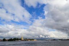 Der Neva-Fluss in St Petersburg, Petropavlovskaya-Festung Stockfotografie