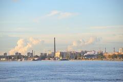 Der Neva-Fluss und die industriellen Stadtrände von St Petersburg Lizenzfreie Stockfotos