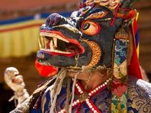 Der nicht identifizierte Mönch in der Maske führt religiösen Chamtanz durch lizenzfreie stockbilder