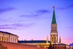 Der Nikolskaya-Turm, Moskau, Russland stockbilder
