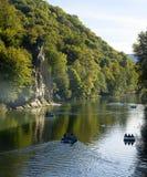 Der Nord-Kaukasus-Gebirgsfluss nah an dem Felsen im Wald Lizenzfreies Stockfoto
