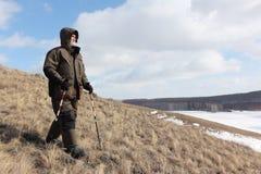 Der Nordic, der geht - bemannen Sie den Abstieg vom kahlen Berg, Bugotaksky-Hügel, Nowosibirsk-Region, Russland Stockbild