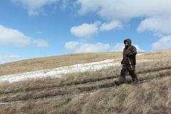 Der Nordic, der geht - bemannen Sie den Abstieg vom kahlen Berg, Bugotaksky-Hügel, Nowosibirsk-Region, Russland Lizenzfreies Stockfoto