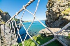 In der Nordirland-Seilbrücke Insel, Felsen, Meer Lizenzfreie Stockbilder