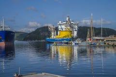 Der Nordseeriese Millivolts, der zum Dock am Hafen von festgemacht wird, halden noch Lizenzfreie Stockbilder