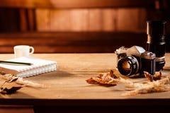 Der Notizblock, Stift, alter Retro- Kamera nad-Kaffee stockfotos