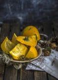 Der nuts dunkle alte Tabelle Herbst-Ernte des Kürbises Stockfotos