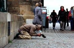 Der obdachlose Mann, der um etwas Geld bittet Lizenzfreies Stockfoto