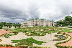 Der obere Belvedere und der Palast arbeiten in Wien, Österreich im Garten Stockbild