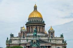 Der obere Teil von Kathedrale St. Isaac und das Monument zu Nikolaus I. Stockfotografie