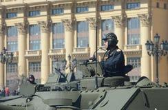 Der Offizier auf selbstfahrender Artillerieinstallation des SU-100 während einer Wiederholung der Parade eingeweiht den 70. anniv Lizenzfreie Stockfotos