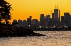 Der Ontariosee-Küstenlinie mit im Stadtzentrum gelegenem Toronto im Hintergrund stockfotografie