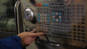 Der Operator bedr?ngt die Steuerkn?pfe auf der Direkt?bertragung Maschine mit numerischer Steuerung stock footage