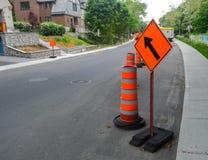 Der orange Verkehrskegel auf dem Bürgersteig in Montreal Stockbilder