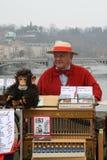 Der Organschleifer und ein Affe. Lizenzfreies Stockfoto