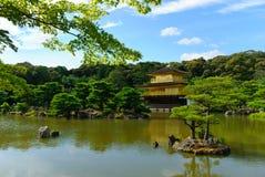 Der orientalische Goldtempel von Kinkaku-ji/von Rokuon-ji herein in Kyoto, Japan Stockfotografie