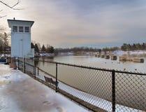 Der Oswego-Fluss bei Sonnenaufgang lizenzfreie stockfotos