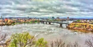 Der Ottawa-Fluss und Alexandra Bridge in Ottawa, Kanada stockbild