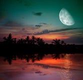 Der Ozean, der Sonnenuntergang und der Mond Stockbilder