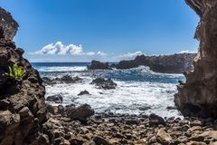 Der Ozean von der Ana Kai Tangata-Höhle stockbild