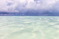 Der Ozean vor dem Regen Saftiger Meerblick des Sommers Das karibische Meer mit Türkiswasser, Stockfoto