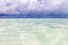 Der Ozean vor dem Regen Saftiger Meerblick des Sommers Das karibische Meer mit Türkiswasser, Stockbild