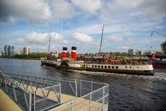 Der Paddel-Dampfer Waverley, das hinunter den Fluss Clyde, Glasgow, Schottland vorangeht Stockfotos