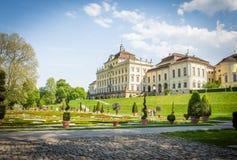 Der Palast in Ludwigsburg, Deutschland mit barockem Garten lizenzfreie stockbilder