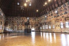 Der Palazzo Della Ragione mit einer hölzernen Skulptur eines Pferds das Trojan Horse, im Jahre 1466 durchgeführt Padua stockbilder
