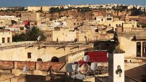 Der Panoramablick auf den Dachspitzen bei Sonnenaufgang, Medina von Fes, Afrika, Marokko stock video footage