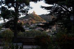 Der Panoramablick von altem Tiflis, Georgia With-Teile der alten Stadt von Metekhi-Kirche Stockfotos