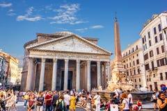 Der Pantheon und der Brunnen mit Obelisken im Marktplatz della Rotonda mit vielen Touristen herum stockbilder