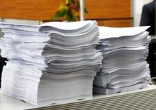 Der Papierstapel im Büro als Symbol der Bürokratie und der Staatsbeamten Stockfotografie