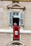 Der Papst Speaks von einem Fenster stockfotografie