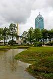 Der Park, die Brücke und das Gebäude. Lizenzfreies Stockfoto