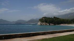 Der Park Milocer, Landhaus, Strand Königin Nahe der Insel von Sveti Stefan stock footage
