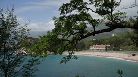Der Park Milocer, Landhaus, Strand Königin Nahe der Insel von Sveti Stefan stock video footage