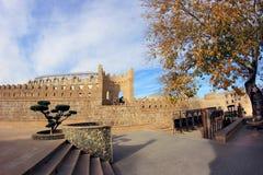 Der Park mit dem Gewehr und der Stadtmauer in der alten Stadt von Baku nahe Kichik-Galastraße, Aserbaidschan Stockfotos