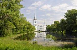 Der Park und der Teich nahe der Kirche von Peter und von Paul Stockbilder
