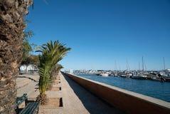Der Park und die Docks von Bäumen gesäumt entlang Ria Formosa stockfoto