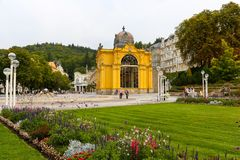 Der Park verziert mit Blumen und der Kolonnade lizenzfreies stockfoto