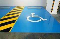 Der Parkplatz ist für für das behinderte verfügbar Das Symbol O Stockfotos