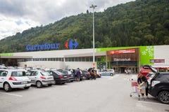 Der Parkplatz vor Eingang zum großen Carrefourmarkt Lizenzfreie Stockbilder