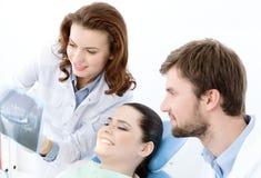 Der Patient überprüft das x-Strahlfoto ihrer Zähne stockfoto