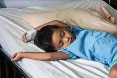 Der Patient auf dem Bett, Kranker des kleinen Jungen Stockfotos