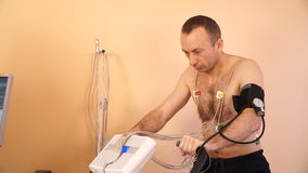 Der Patient macht veloergometric Forschung in einem Gesundheitszentrum durch Herzforschungs-Klinik stock video