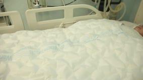 Der Patient nach der Operation liegt unter Verwendung einer Decke für die Heizung stock footage