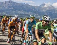 Der Peloton in den Alpen Stockfoto